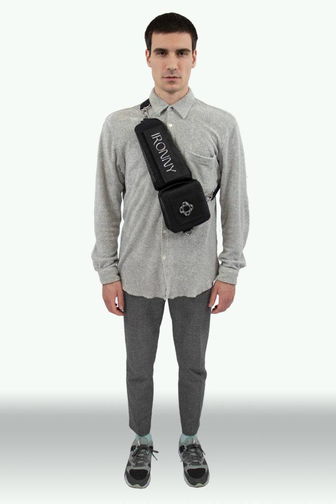 homme portant une sacoche made in france noir
