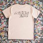 "Photographie d'un t-shirt rose de la collection ""typographie"" de Atelier Varo"