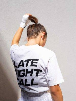 Femme portant de dos le t-shirt blanc Late Night Call