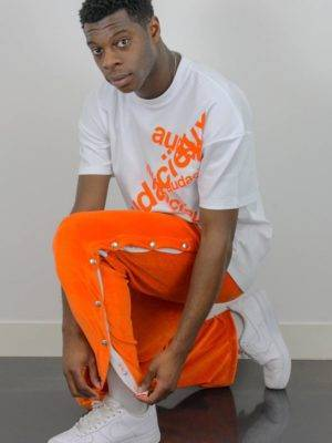homme portant un jogging orange mixte en velours