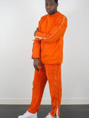 homme portant un sweat orange